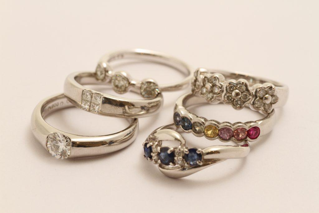 宝石全部乗せ指輪リフォーム。お持込のジュエリーです。元の貴金属枠は下取でソウサイ。
