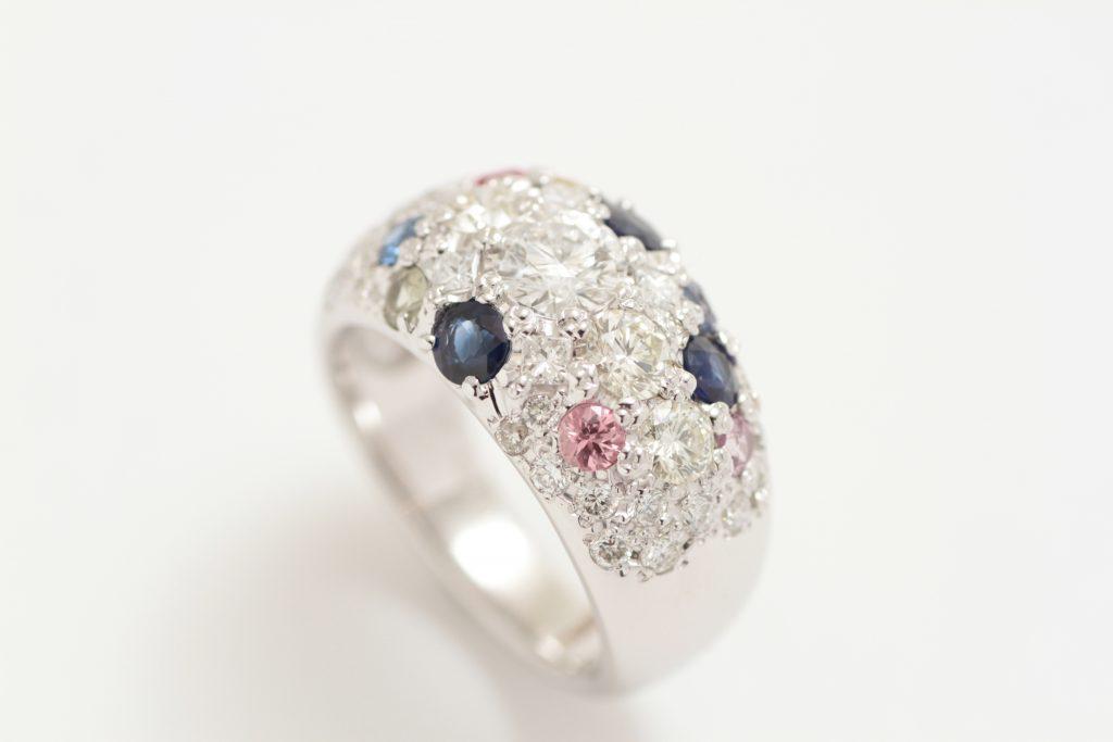 お持ち込みの宝石を全部乗せた指輪のリフォームが完成しました。