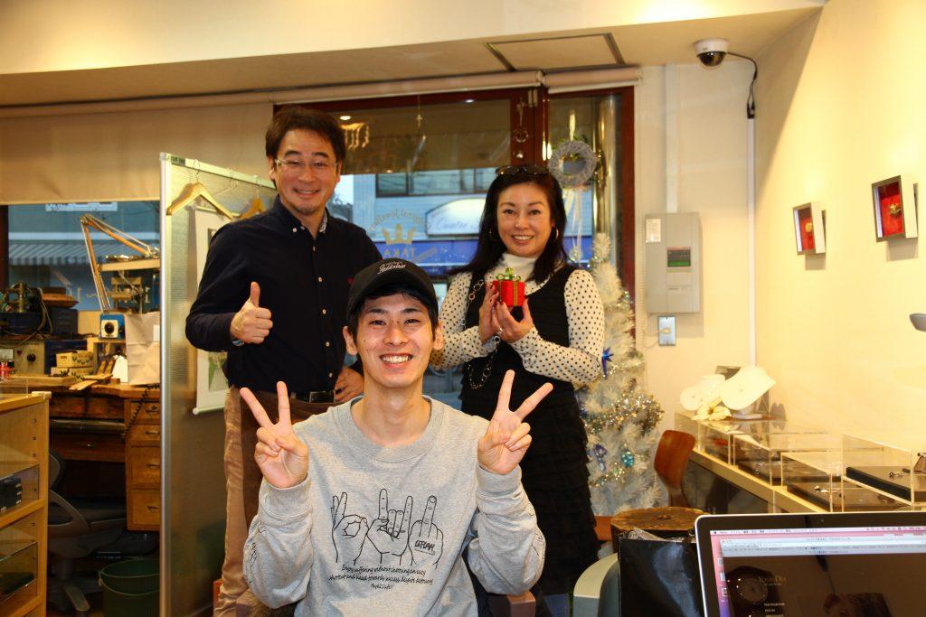 福岡からご来店のS様と一緒に写真撮影