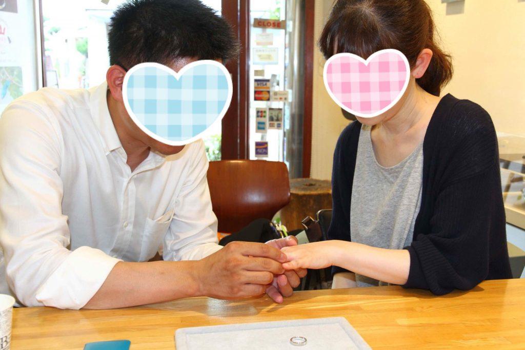ジュエリーTAKAにて結婚指輪の納品の瞬間 記念撮影