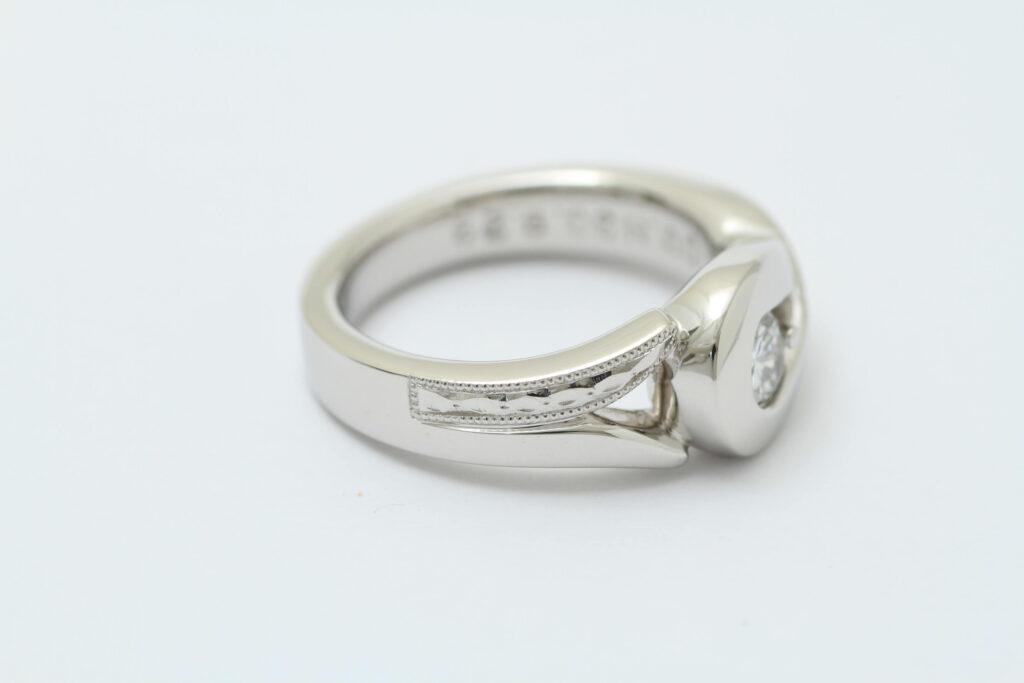 ダイヤモンドの婚約指輪リフォーム 和彫り