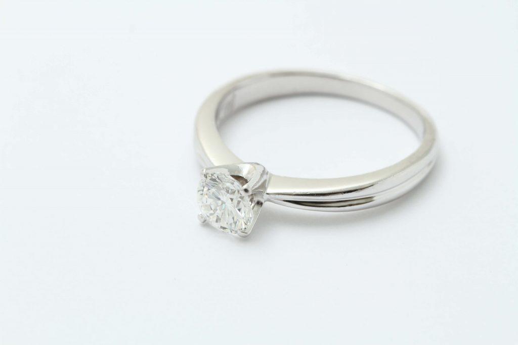 お持ち込み インターナリーフローレスのダイヤ立爪の指輪