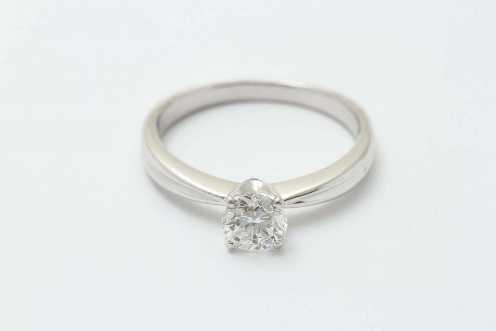 お持ち込みのインターナリーフローレスのダイヤ立爪の指輪