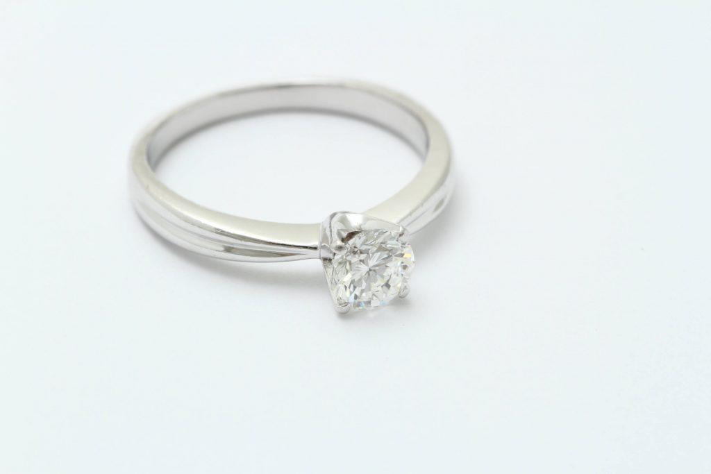 お母様から継承されたインターナリーフローレスのダイヤ立爪の指輪