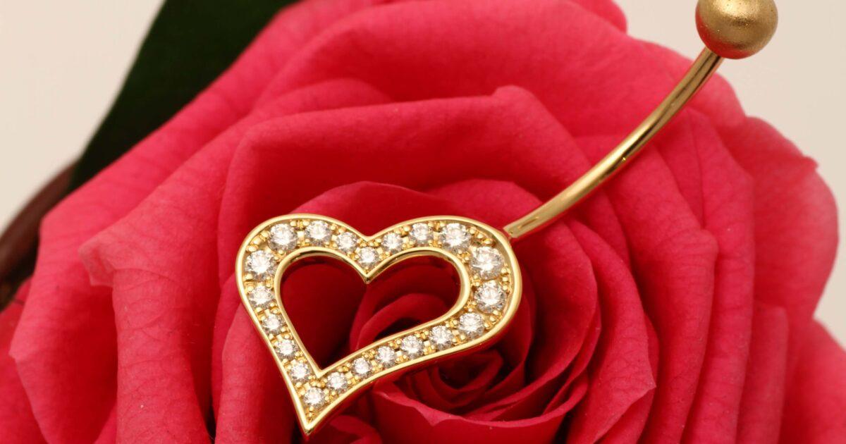 フルオーダーメイドのヘソピアス  K18+ダイヤモンド 薔薇と供に