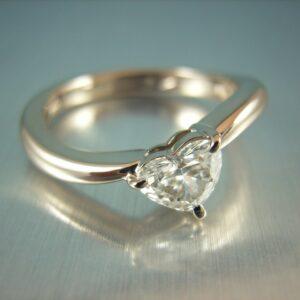 ハートシェイプのダイヤ 婚約指輪 K18WG