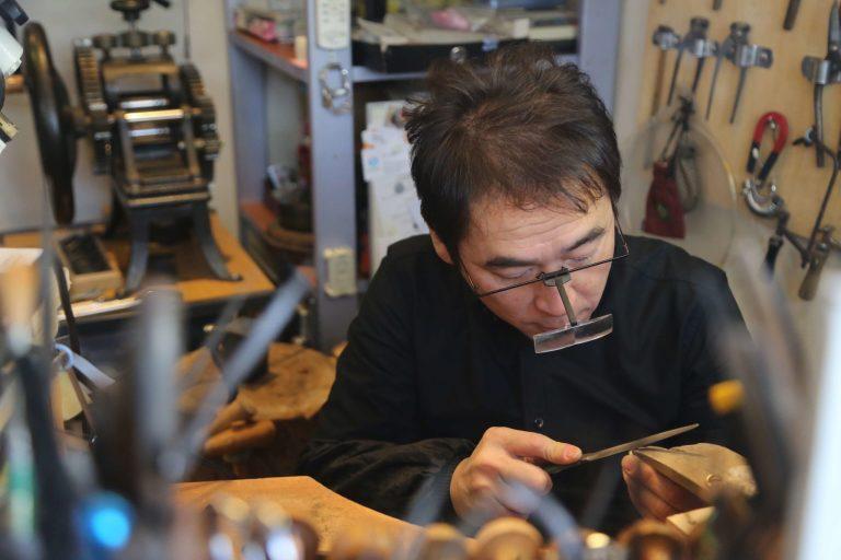 写真:工房内でジュエリーを製作するジュエリークラフトマンTAKAの様子