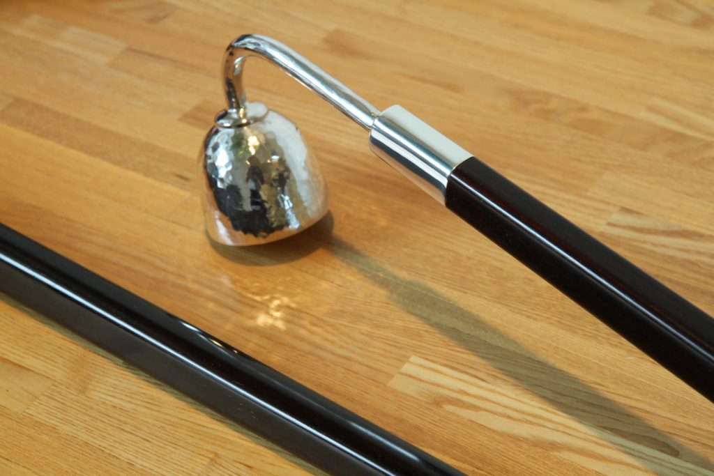 ジュエリーTAKAが製作した銀製手作りのロウソク点けとロウソク消し 取っ手は紫檀