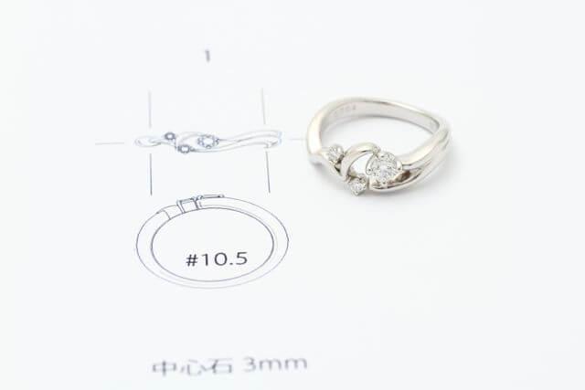 完成したオーダーメイドの婚約指輪とデザイン画