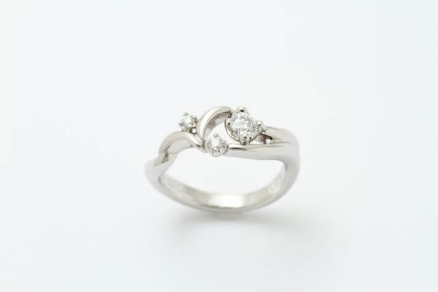 波のデザインが特徴のオーダーメイドの婚約指輪