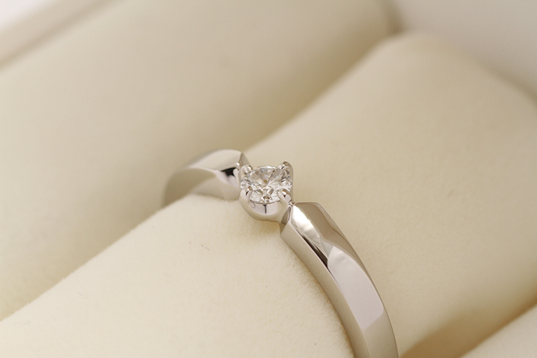 写真:宝石からセレクトした婚約指輪実例
