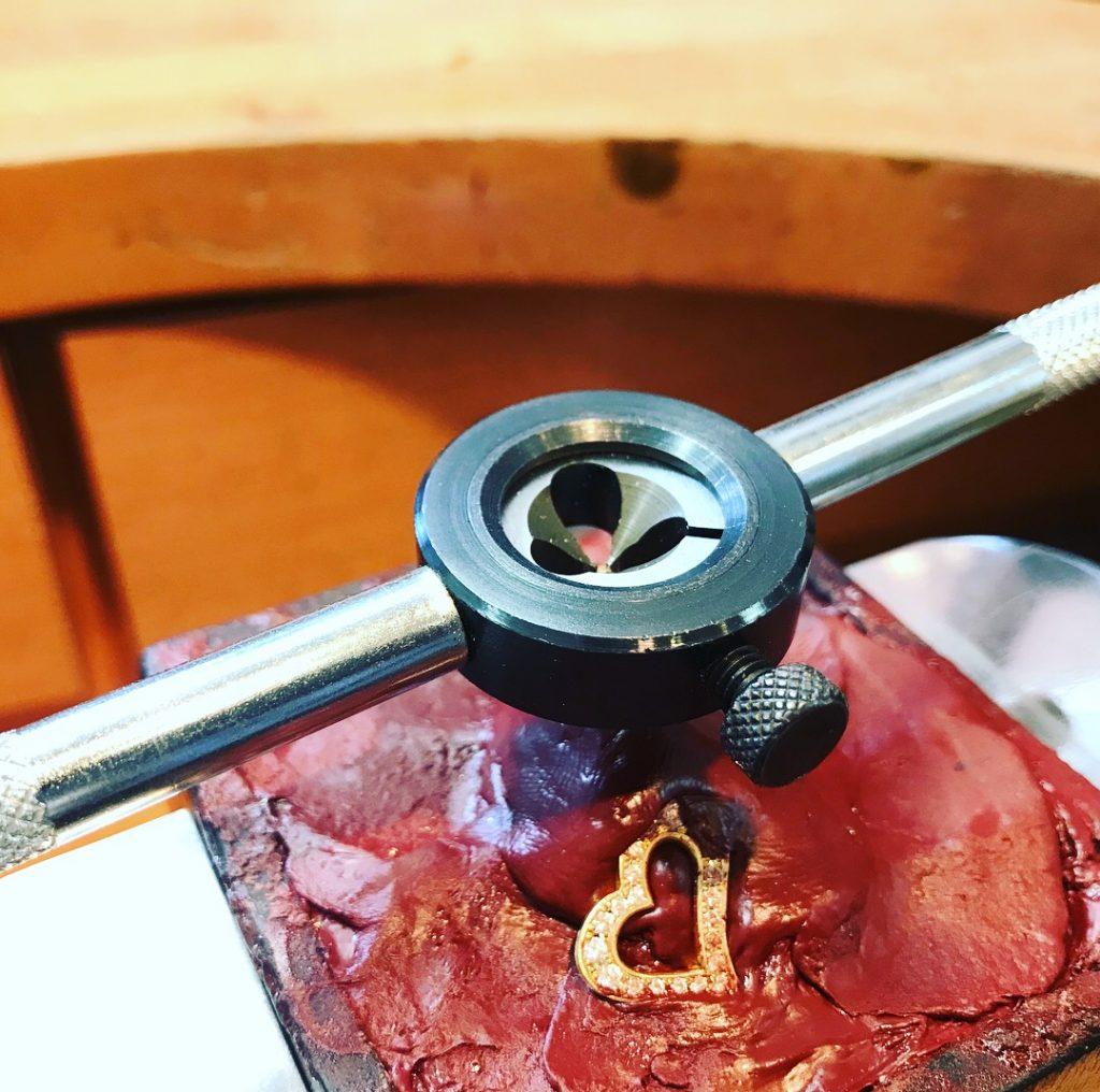 フルオーダーメイドのヘソピアス  K18+ダイヤモンド 製作途中 ネジ切り
