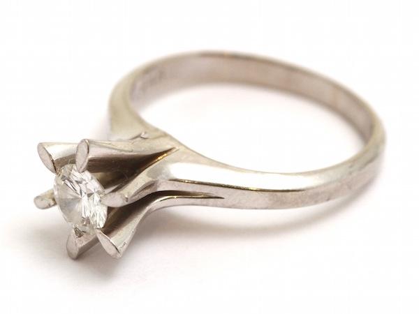 古い立爪のダイヤモンドの指輪