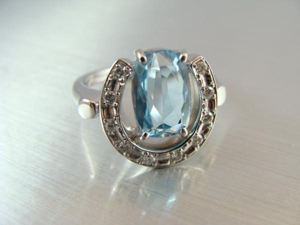 古いアクアマリンの指輪を、当店オリジナルの馬蹄デザインでジュエリーリフォーム。完成!