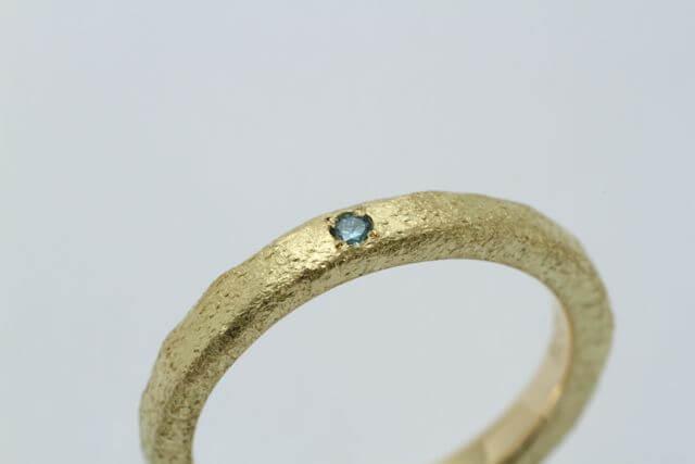 クラフト感ある質感のダイヤモンドリング