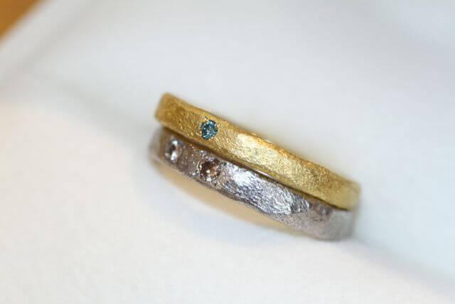 重ね着けで色のコントラストが眩しい結婚指輪