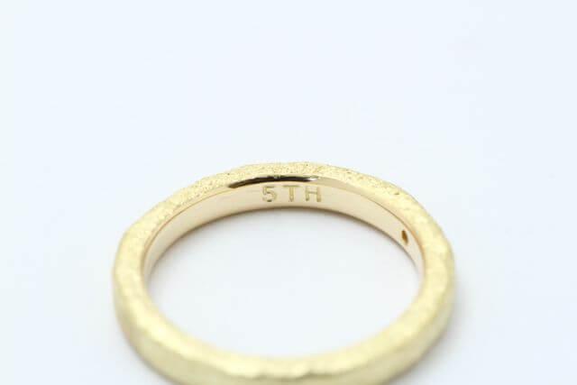 5周年の文字を指輪の内側に打刻