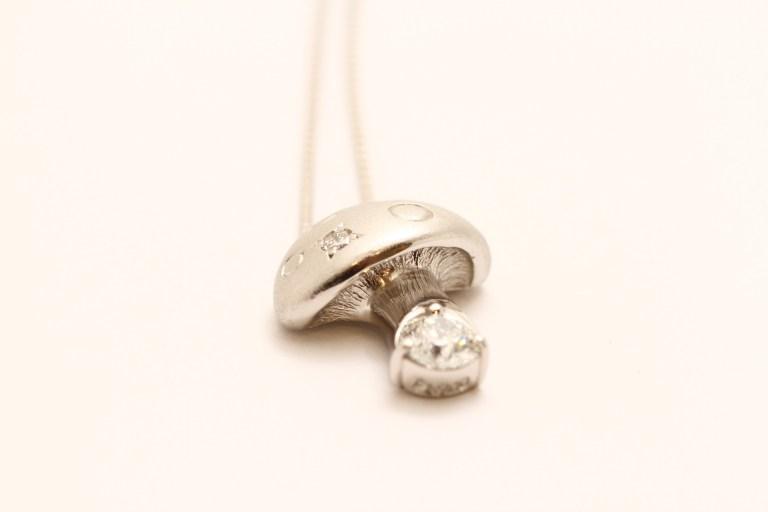 キノコモチーフのプラチナダイヤモンドのオーダーペンダント。