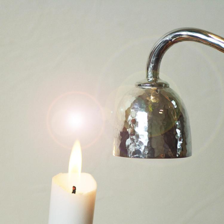 写真:特別注文の手作り銀製ロウソク消し
