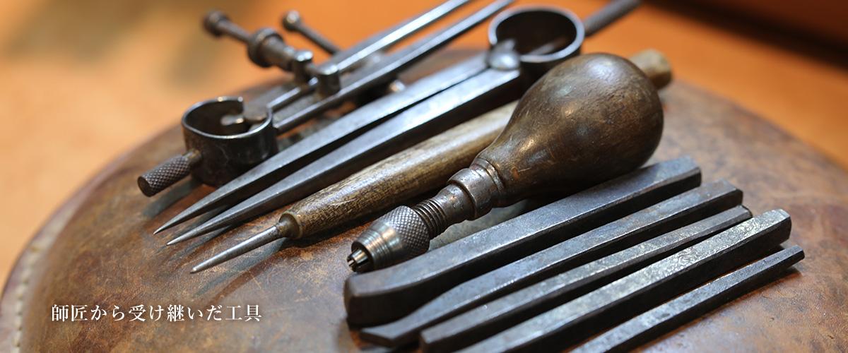 写真:ジュエリーを創り上げる工具たち