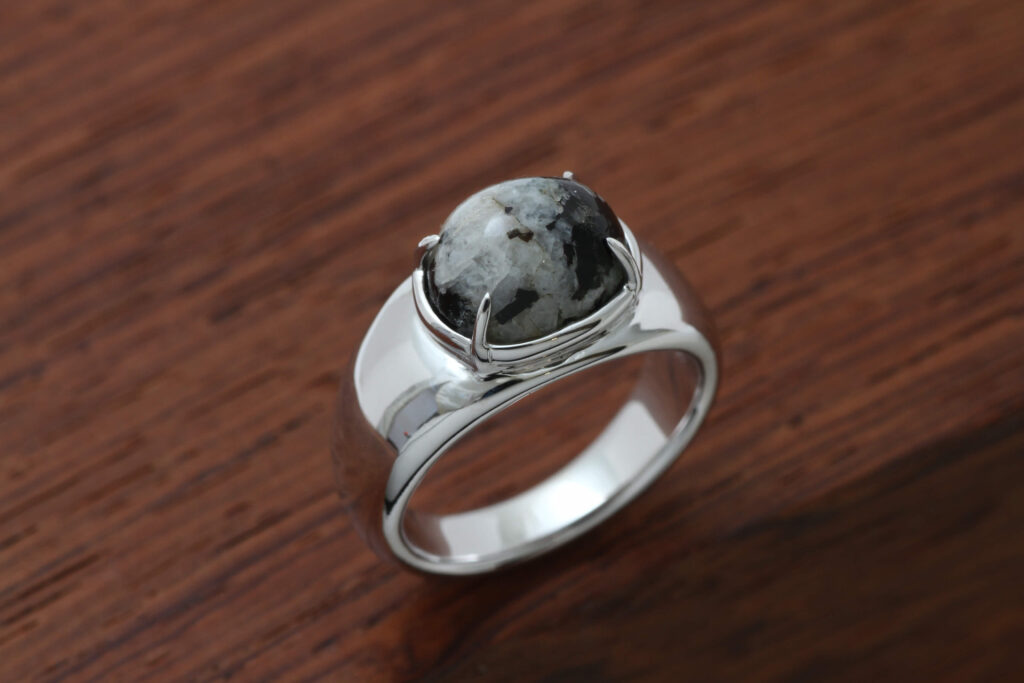 原石をカットしたモノを指輪でオーダーメイド