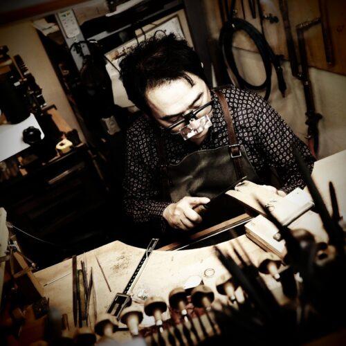 工房でジュエリーを製作するクラフトマンTAKA