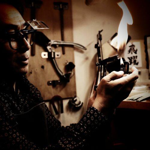 工房でジュエリーを製作するクラフトマンTAKA。ロー付けシーン