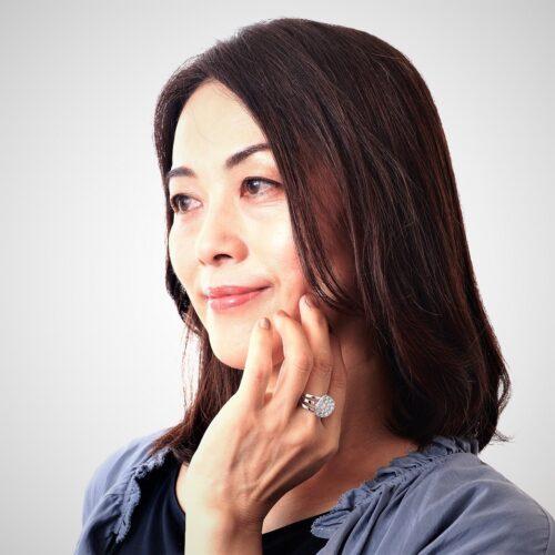 ジュエリーTAKAが製作したダイヤモンドの指輪を身に着けるシニアモデルさん