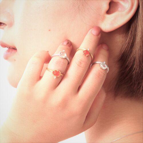 ジュエリーTAKAの新作 メキシコオパールの指輪を身に着けるモデル