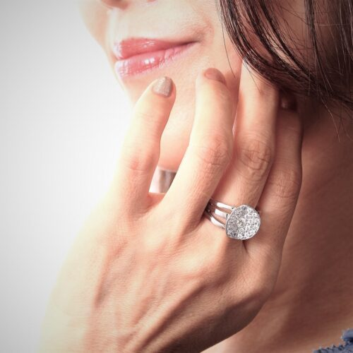 ジュエリーTAKAが製作したダイヤモンドの指輪を身に着けるモデル