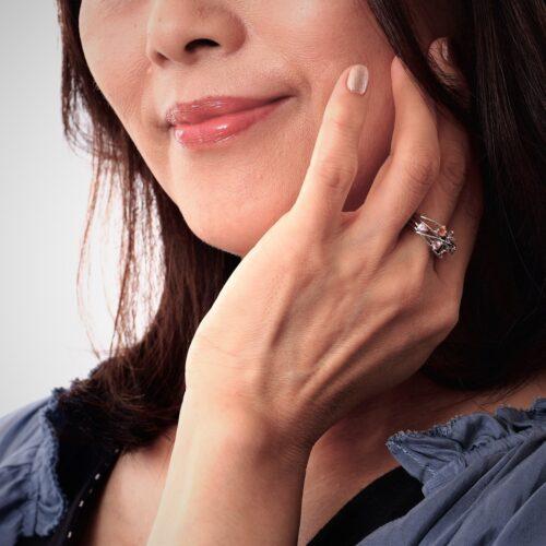 ジュエリーTAKAが製作したカラーサファイヤの指輪を身に着けるシニアモデルさん