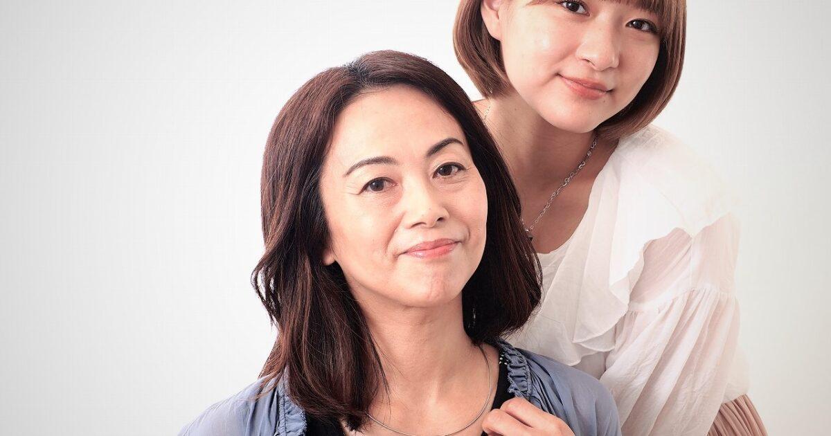 ジュエリーTAKAが製作したジュエリーを身に着けるモデル。母と子バージョン